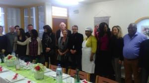 Le président du Conseil départemental, M. Stéphane Troussel (au centre), aux côtés de l'artisane culinaire  afro-congolaise Mme Karawa et des bénévoles de Coparenf.